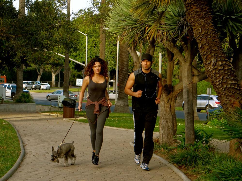 Rafael Amaya , fue visto corriendo en Beverly Hills park con su novia ...